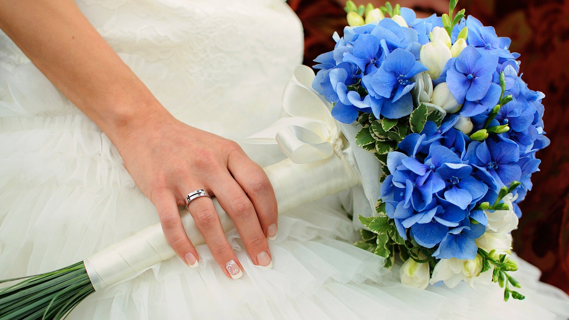 Голубой свадебный букет (58 фото): выбираем букет для невесты с белыми цветами и в нежно-персиковых тонах