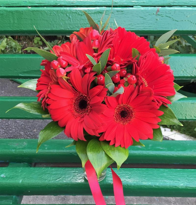 Букет на свадебный стол лилия гербера розами фото — img 10