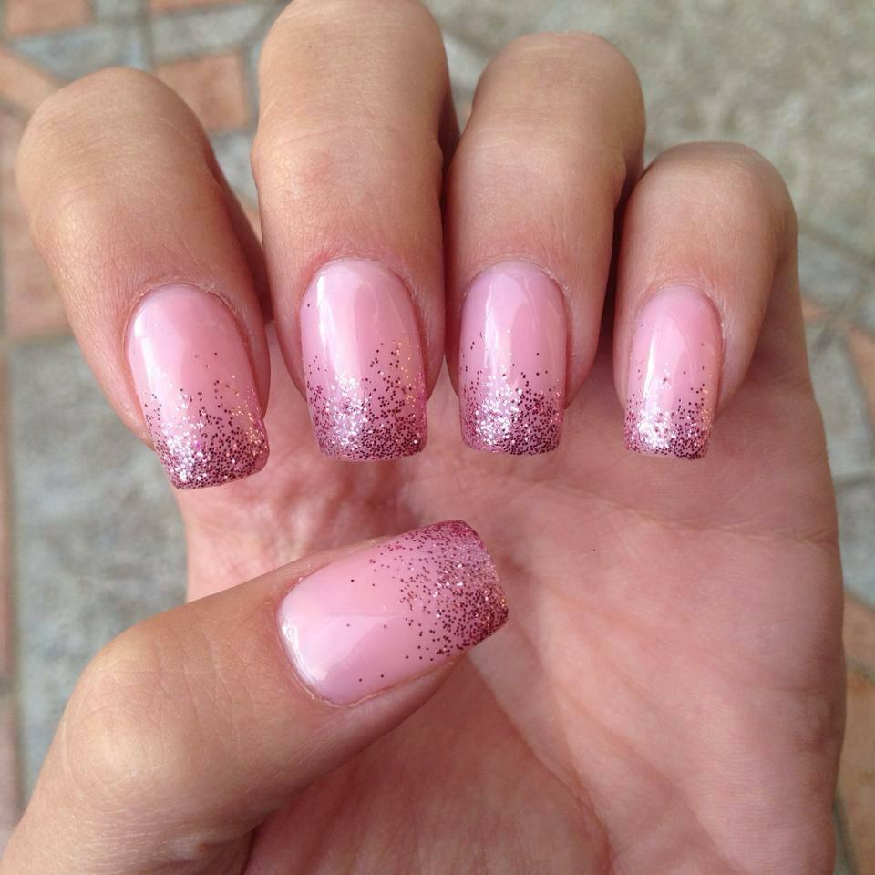 Главное, не переусердствовать с дизайном и длиной ногтей, а так блестки могут очень стильно выглядеть для ногтях, особенно в маникюре для вечеринки.