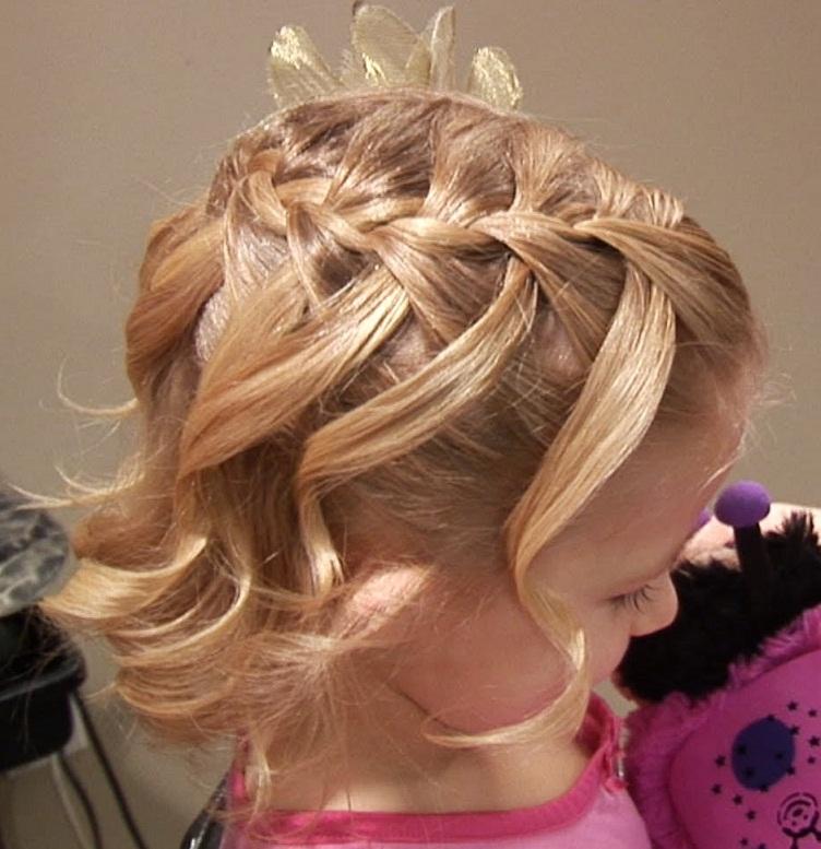 Детская прическа для самых маленьких девочекбыстрая детская прическа для коротких волосдевочке с длинными или средними волосами проще простого выполнить.