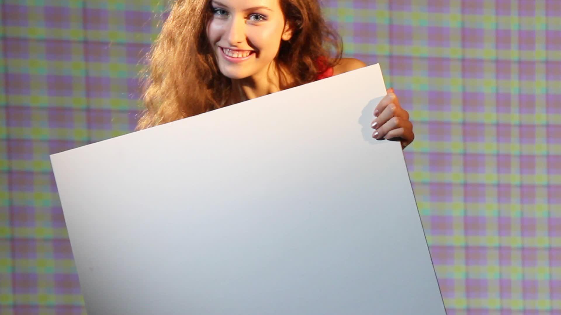 фото как девушка держит слова дин людовик был