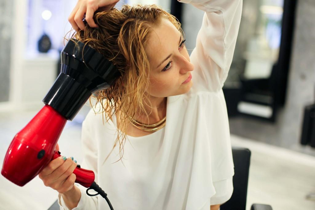 Укладка диффузором (22 фото): как правильно укладывать средние, короткие или длинные волосы с помощью фена с диффузором? Идеи создания причесок диффузором