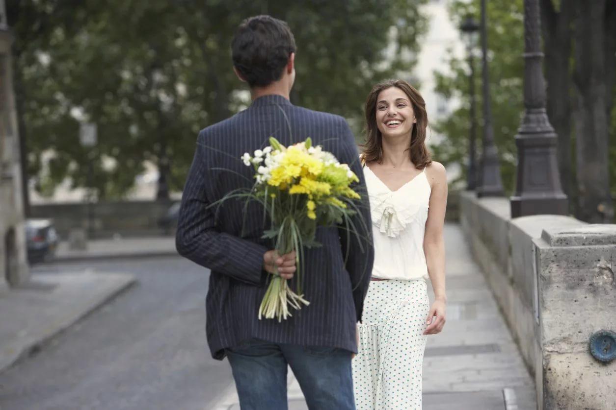 Что подарить девушке при встрече уместные подарки для первого свидания