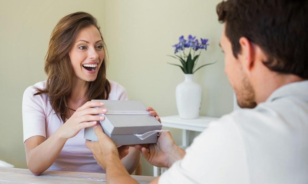 Что подарить жене на рождение дочери? Идеи подарков