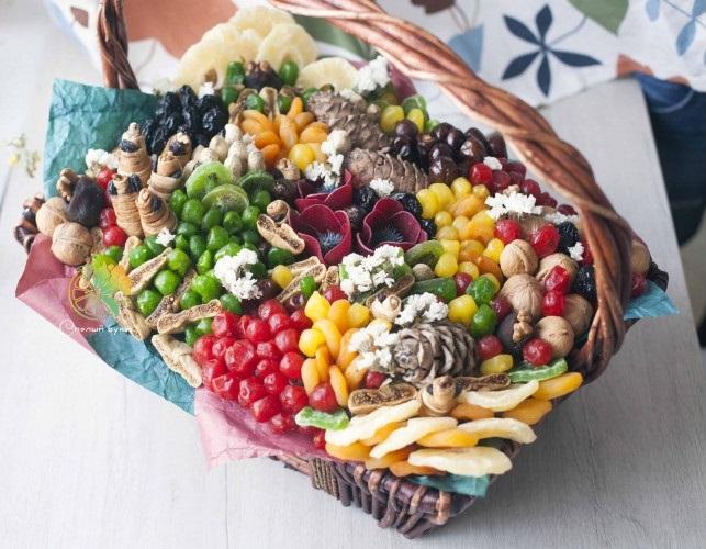 kak-krasivo-upakovat-orehi-i-suhofrukty-v-podarok-41 Букеты из овощей своими руками — как сделать пошагово овощной букет с фото
