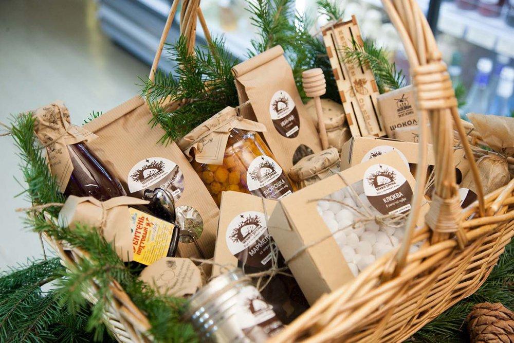 Новогодние корзины своими руками: варианты с конфетами и с шампанским