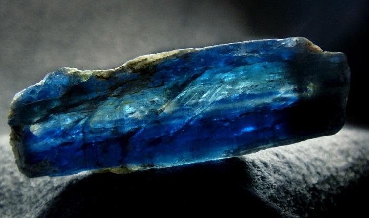 Камень Кианит: свойства, кому подходит, знак зодиака
