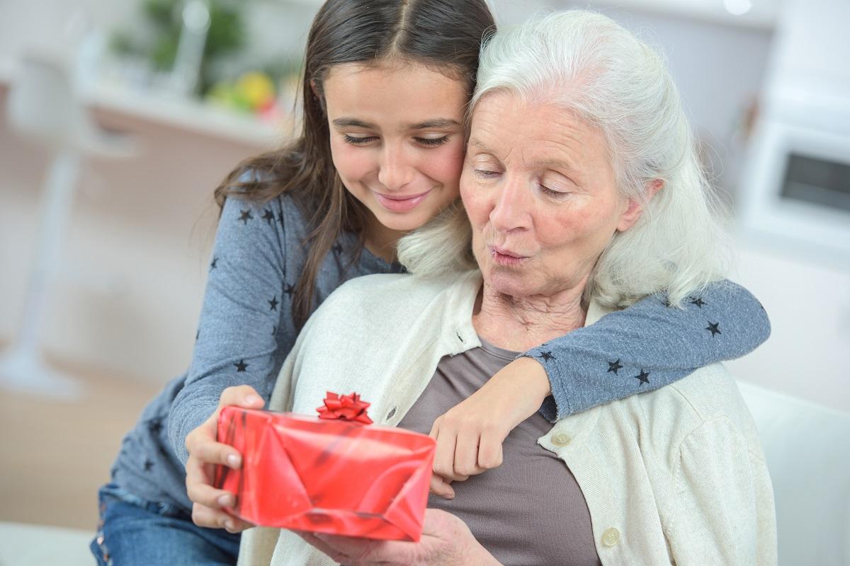 Жену, дарит бабушке открытку