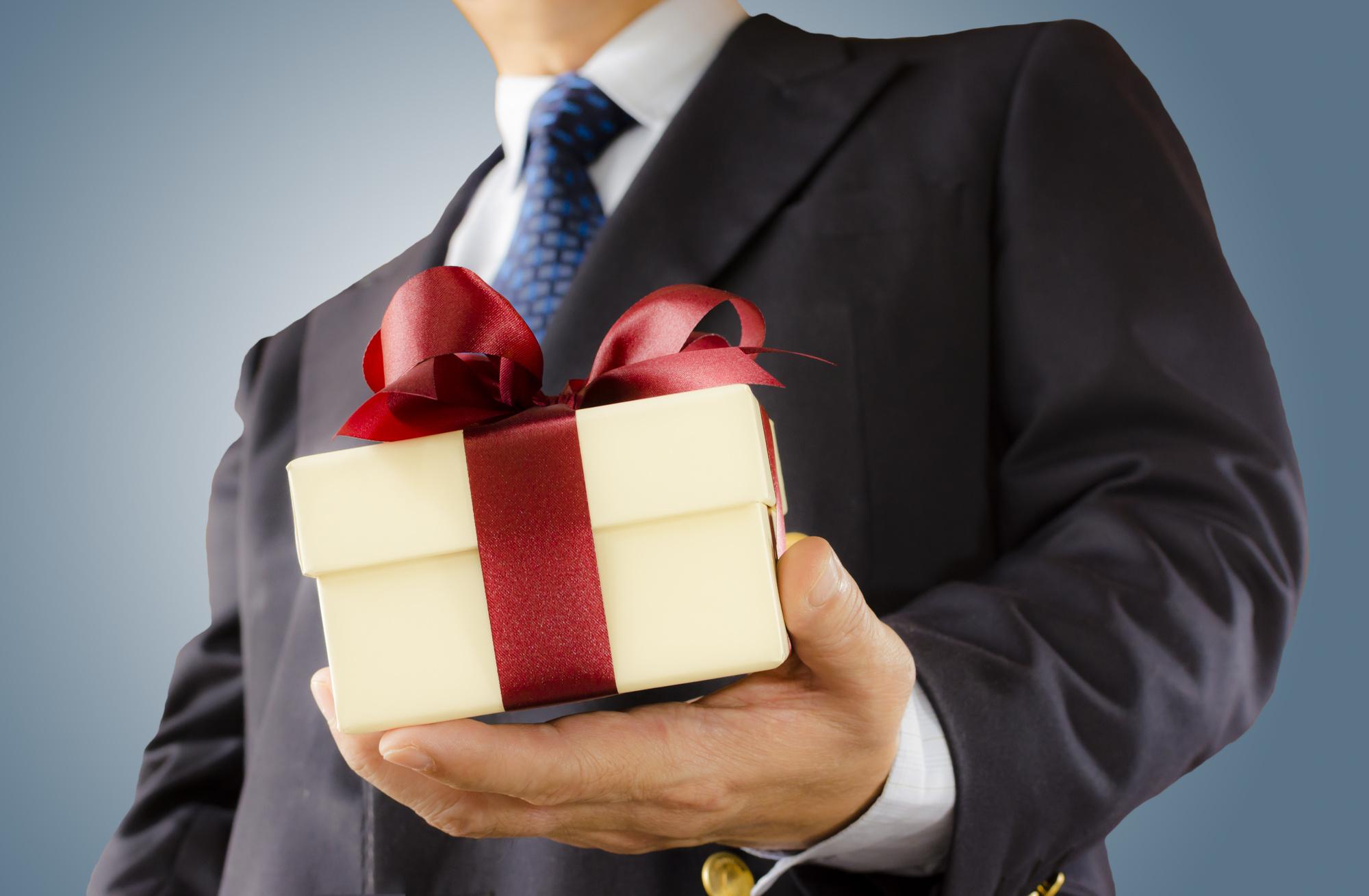 картинка мужчина с подарком в руках квиллинг