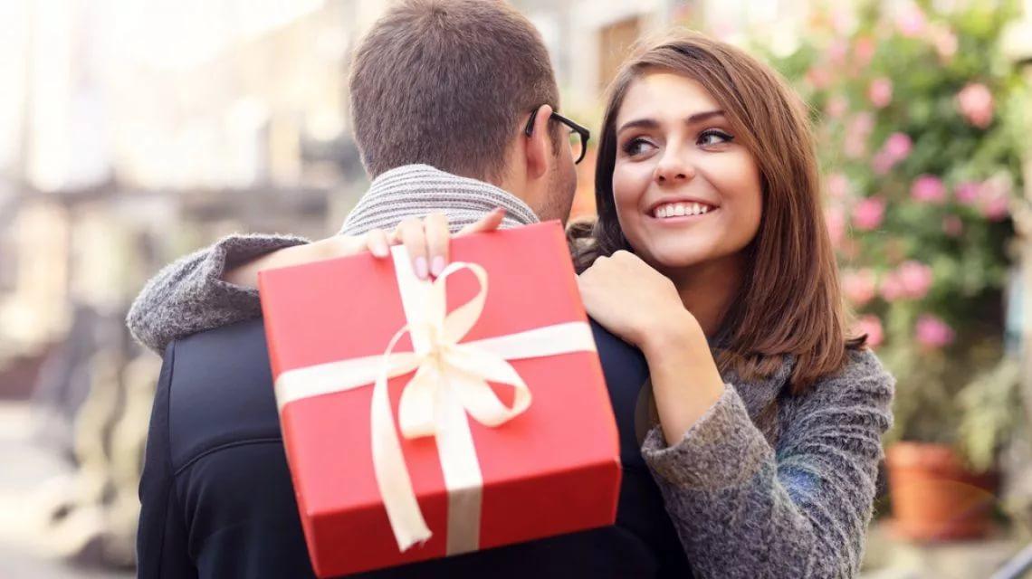 Фото парень дарит подарок девушке
