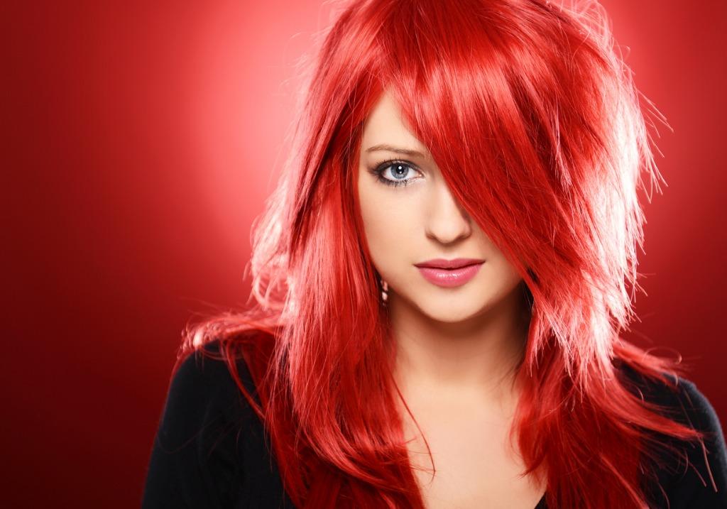 Красный гранат на темные волосы