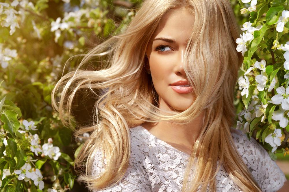 Золотистый блонд (52 фото): кому идет цвет волос золотой блондин? Светло- и темно-золотые оттенки, медно-золотой и золотисто-бежевый блонд