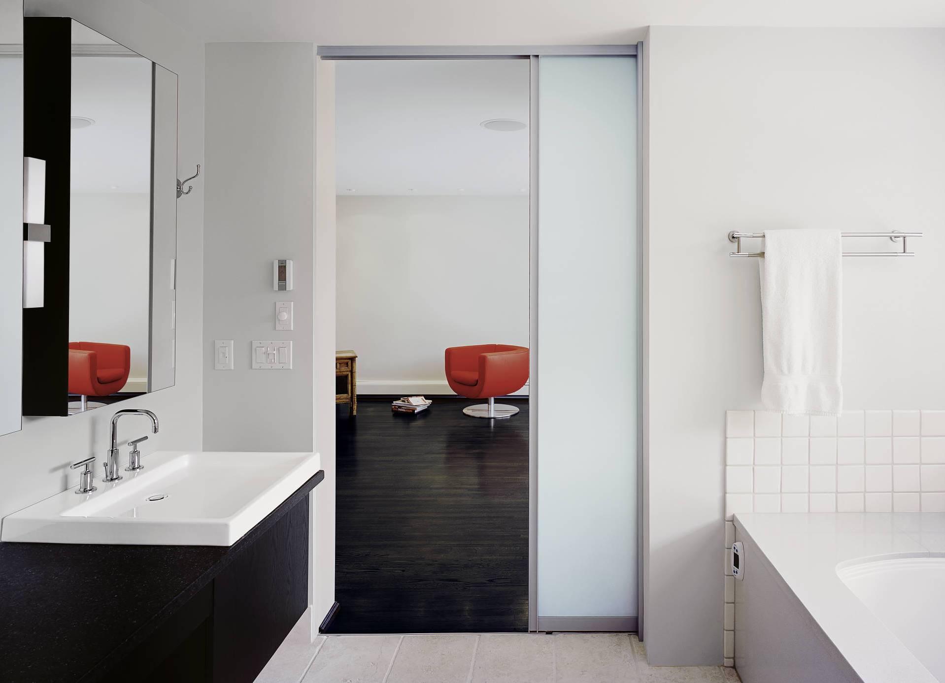 Раздвижные двери в ванную: виды, установка, отзывы, фото