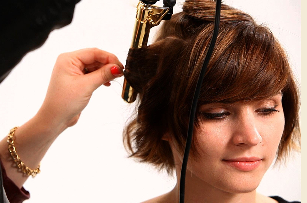 Кудри на короткие волосы плойкой (27 фото): как накрутить локоны и какую плойку выбрать? Как завить волосы волнами щипцами самой себе?
