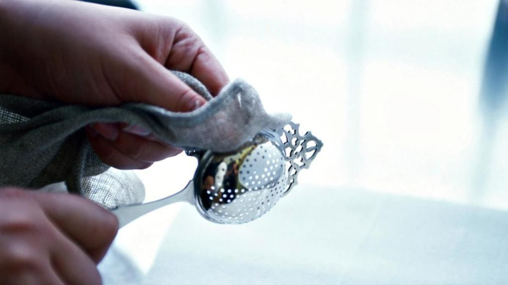 Как очистить серебро до блеска? Как вернуть блеск в домашних условиях? Чем чистить серебряные украшения с камнями?