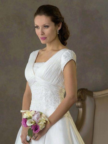 длинное свадебное платье с прилегающим коротким рукавом