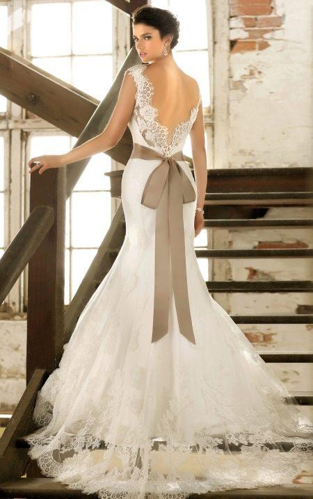 Модель свадебного платья с открытой спиной