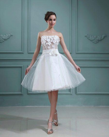 Короткое свадебное платье с аппликацией