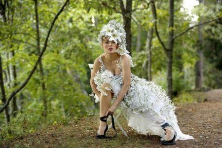 Короткое свадебное платье с живыми цветами