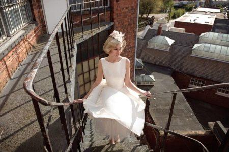 Короткое свадебное платье со шляпкой