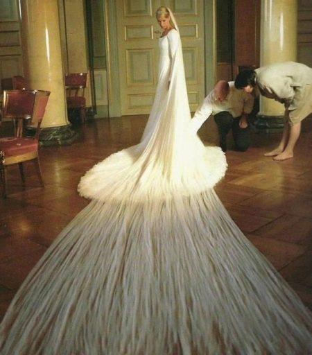 Свадебное платье с очень длинной фатой