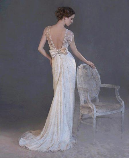 Прямое длинное свадебное платье со шлейфом