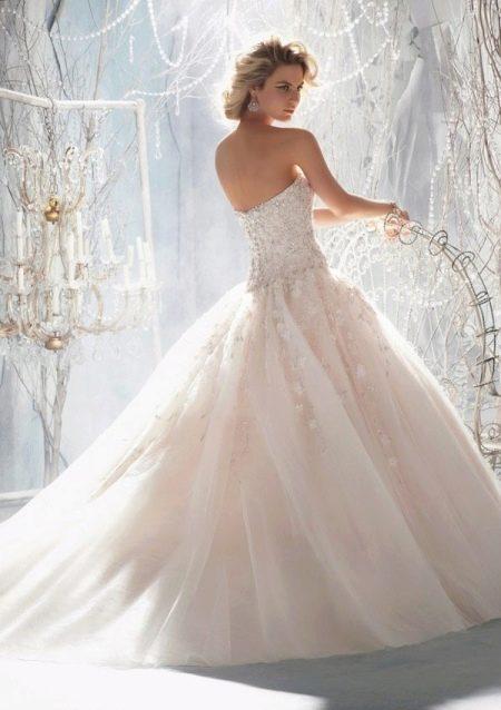 Длинное кружевное свадебное платье пышное