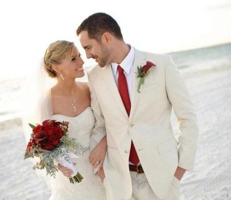 Свадьба - красный букет и красный галстук