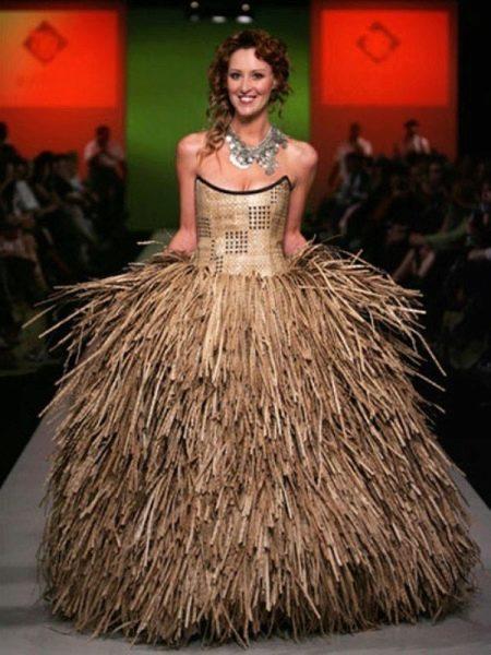 Оригинальное свадебное платье из травы