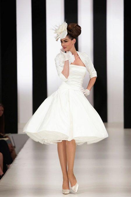 Короткое платье с перчатками, болеро и шляпкой