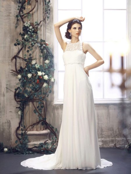 Невеста в простом свадебном платье