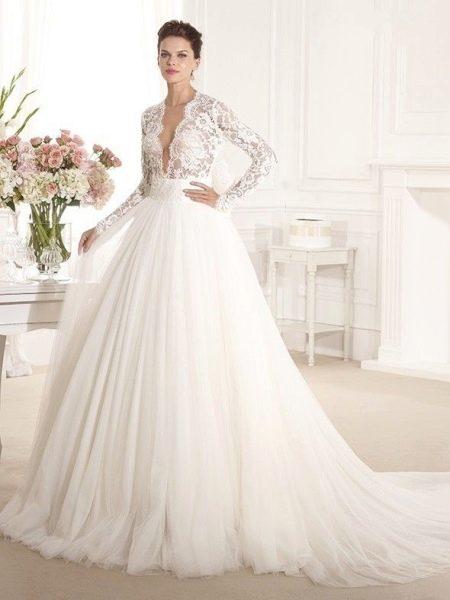 Пышное свадебное платье с глубоким вырезом