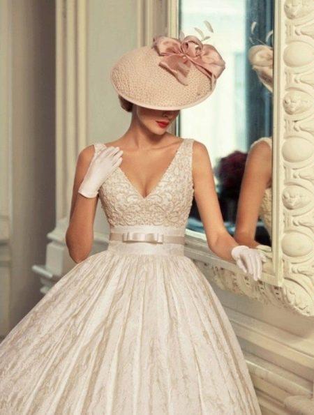 А-образное свадебное платье с глубоким вырезом