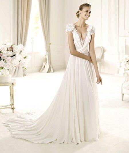 Свадебное платье с глубоким вырезом и коротким рукавом