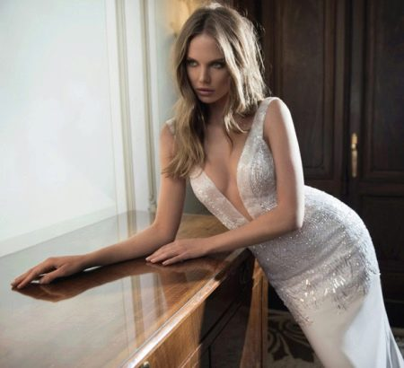 Внушительный декорированный  V-образный вырез паетками на свадебном платье