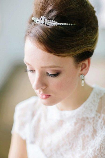 Прическа для невысокой невесты с маленьким ростом на свадьбу