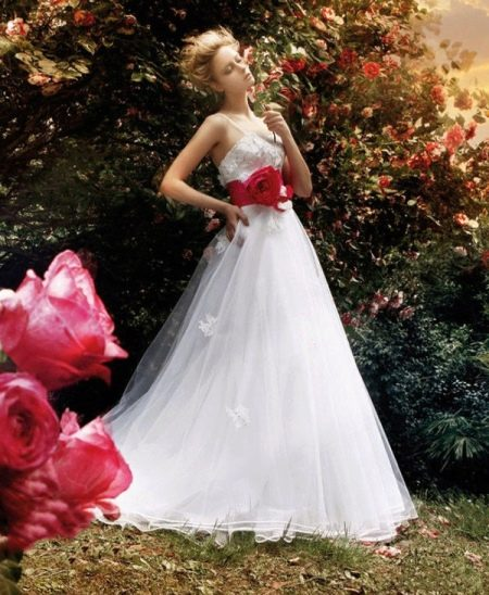 Свадебное платье с красным поясом, бантом или лентой: белое, короткое (51 фото)