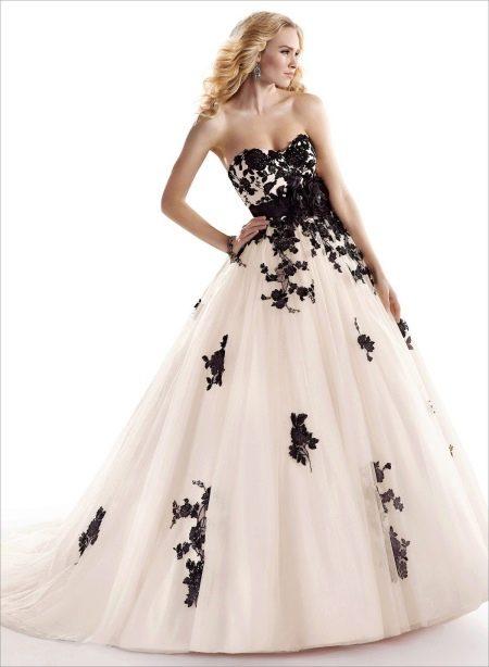 Розовое платье с черным кружевом на лифе и юбке