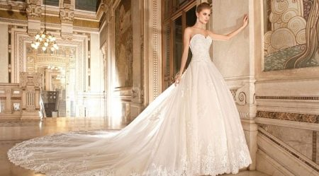 Свадебное пышное платье с закрытым ажурным верхом и шлейфом