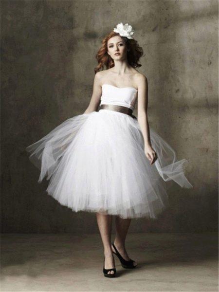 Короткое свадебное платье из многослойного шифона
