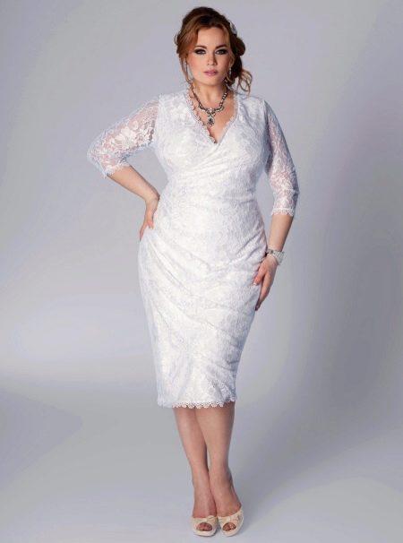 Свадебное платье короткое с ажуром для полных невест