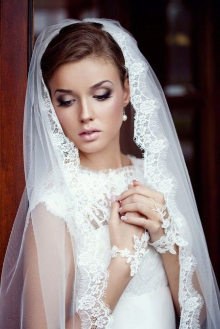 свадебное платье с кружевной фатой