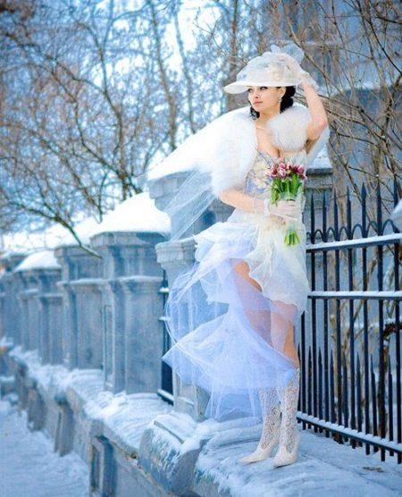 Свадебное откровенное платье зимой
