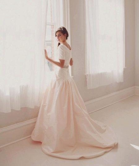 Скромное свадебное платье с закрытой спиной
