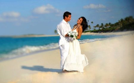 Вязаное свадебное платье на пляже