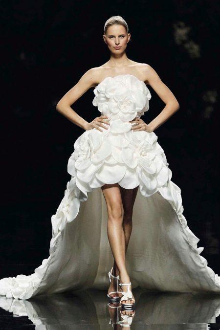 Свадебное платье короткое с цветами и  шлейфом
