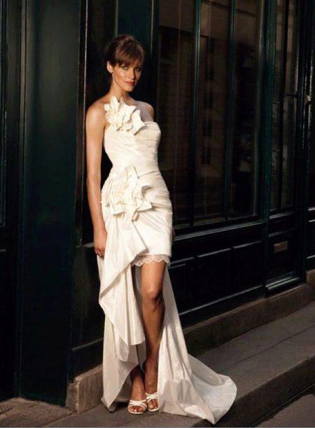 Короткое свадебное платье со шлейфом и цветочным декором