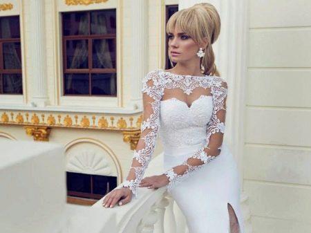 Прямое свадебное платье с кружевными рукавами
