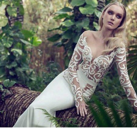 Свадебное платье с кружевными рукавами и иллюзией обнаженного тела