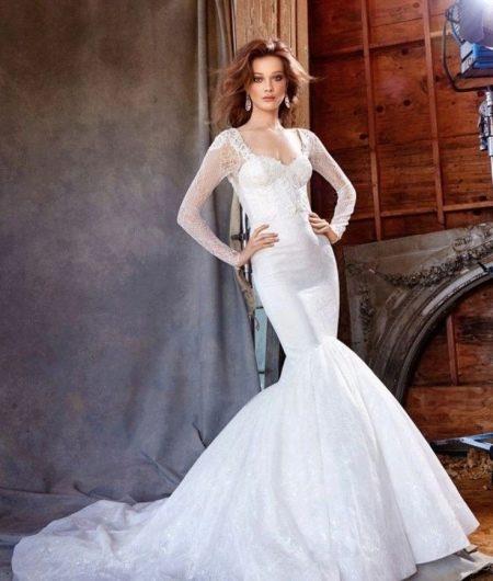 Свадебное платье с тонким кружевом на рукавах